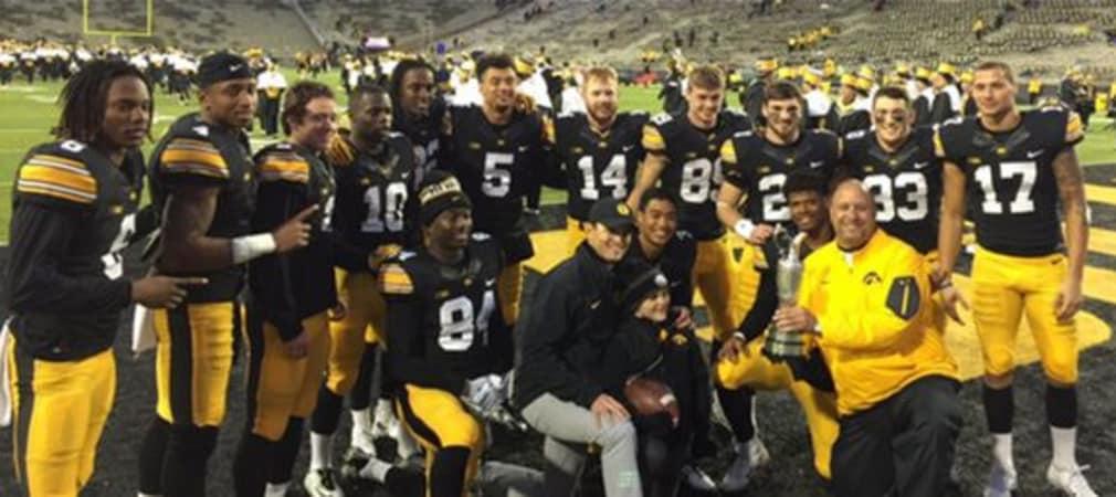Zach Johnson stattete seinem Football-Team aus Iowa einen Besuch ab und zeigte dabei den Claret Jug.