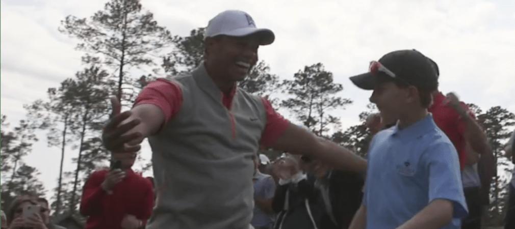 Der große Tiger Woods hat bereits viele eigene Schläge bejubelt. Jetzt freut er sich über das Ass eines Youngster.