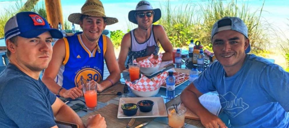 Jordan Spieth mit seinen Kumpels auf den Bahamas. (Foto: twitter.com/RickieFowler)
