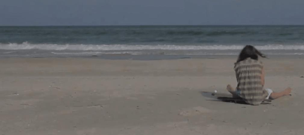 Ein Golfer ist auf einer einsamen Insel gestrandet. (Foto: Screenshot Youtube/Tight Lies)