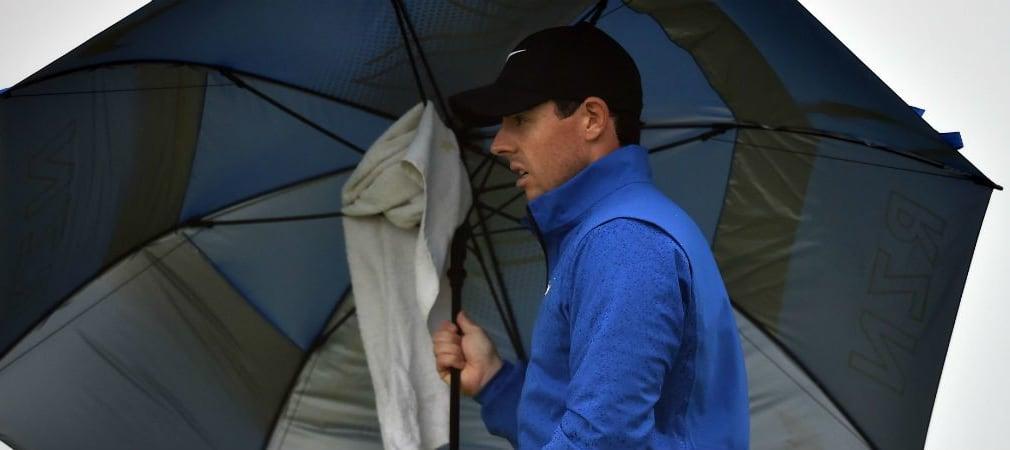 Rory McIlroy sucht Schutz vor Regen und Wind an Tag zwei der Open Championship im Royal Troon Golf Club. (Foto: Getty)