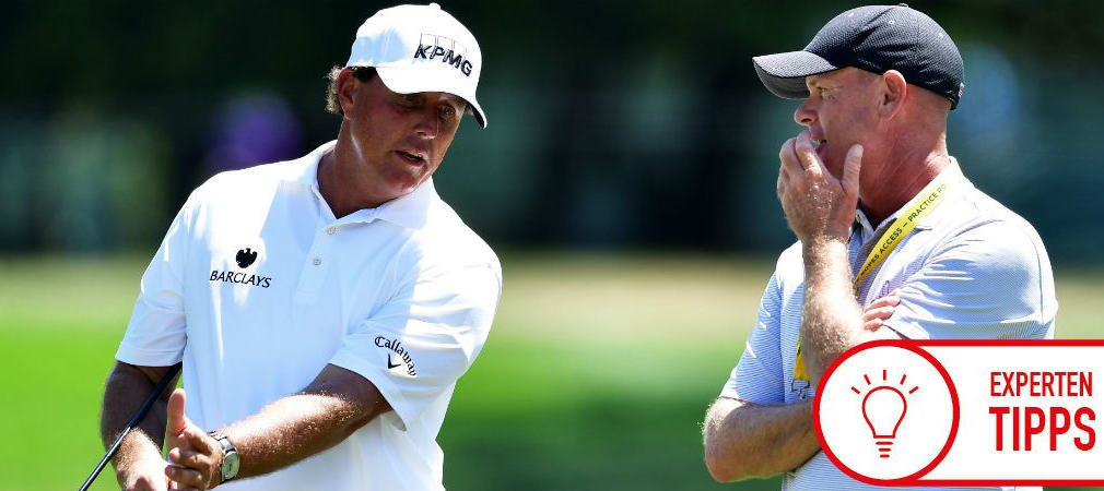 Phil Mickelson bespricht mit seinem Coach Andrew Getson sein Spiel. Werda wohl das Sagen hat? (Foto: Getty)