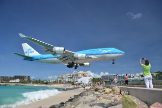 KLM airplane landing at SXM airport in Maho Beach, St. Maarten (alljengi/flickr)