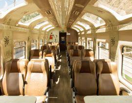 Vista interna do trem da PeruRail, classe Expedition