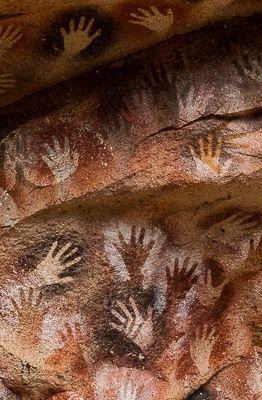 Painel de mãos em negativo na Cueva de las Manos (Marcos Borges/A 4 Pés)