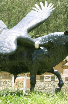 Situada em Cotabambas esta escultura representa a festa de yawar (© Sankaypillo, Wikimedia Commons)