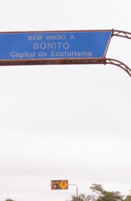 Foto com placa dizendo bem vindo a Bonito na chegada a cidade