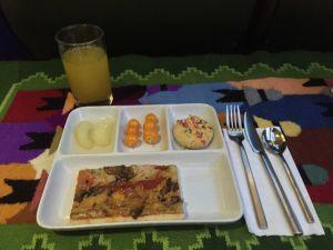 Foto da bandeja de jantar servida no trem da PeruRail, classe Vistadome
