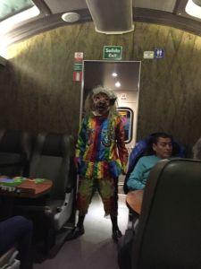 Foto de uma apresentação da cultura peruana dentro do trem da PeruRail, classe Vistadome