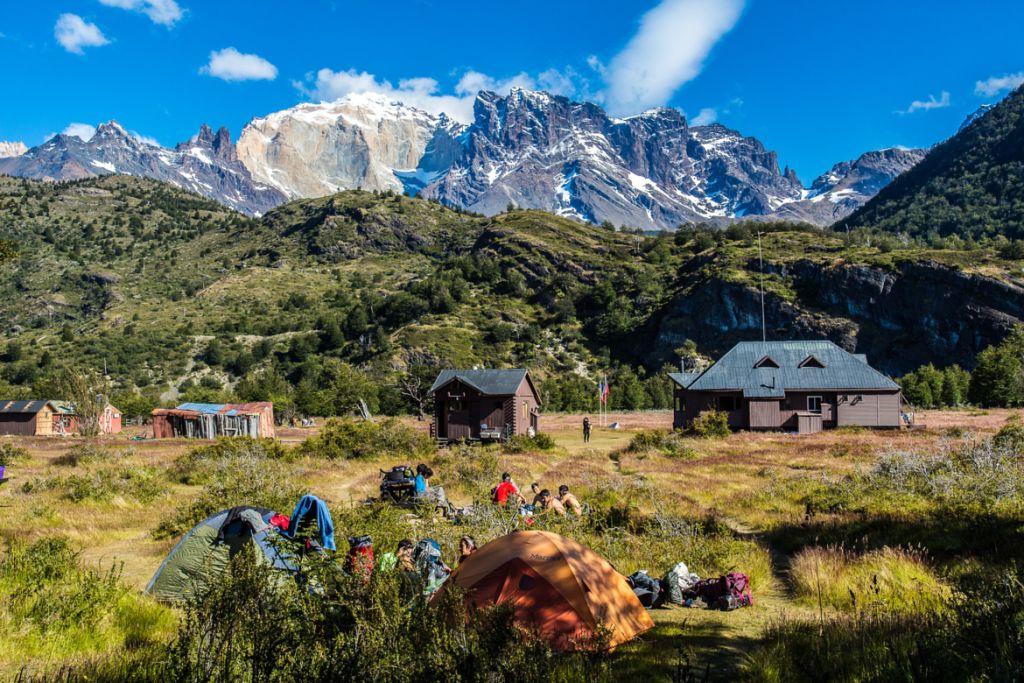 Foto do Refugio Dickson com as montanhas ao fundo (Guia Torres del Paine)