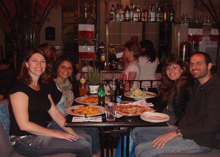Jantar com meu amigo Oded e sua namorada (atual esposa) e minha amiga de viagem, Solange (Foto: Arquivo pessoal Elaine Gilli).