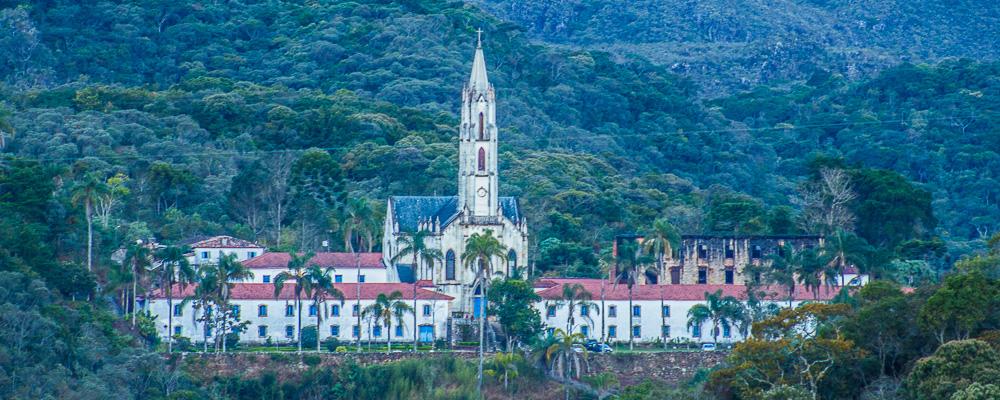 Capa Vista do Santuário do Caraça da estrada a caminho do mesmo (Marcos Borges/A 4 Pés)