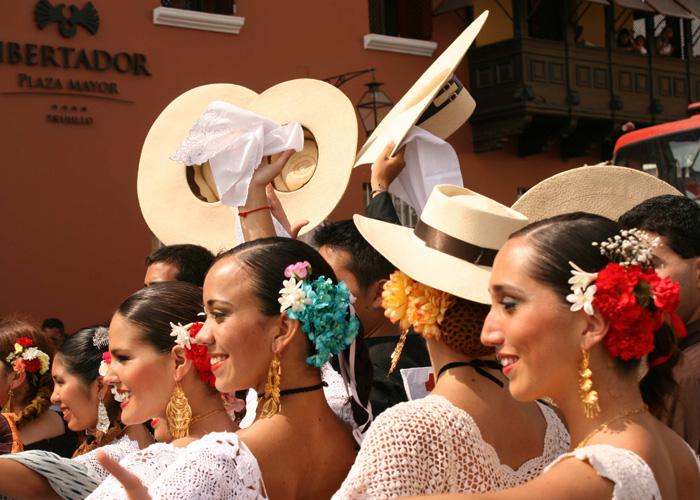 Dançarinas de Marinera em Festival em Trujillo (MaSii, Wikimedia Commons)