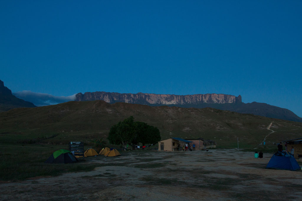 Acampamento Rio Tek com o anoitecer e o Monte Roraima ao fundo