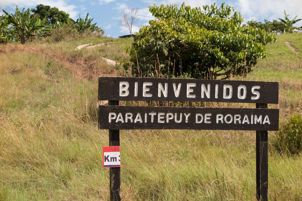 Placa na entrada da vila indígena de Paraitepuy, próximo ao Monte Roraima