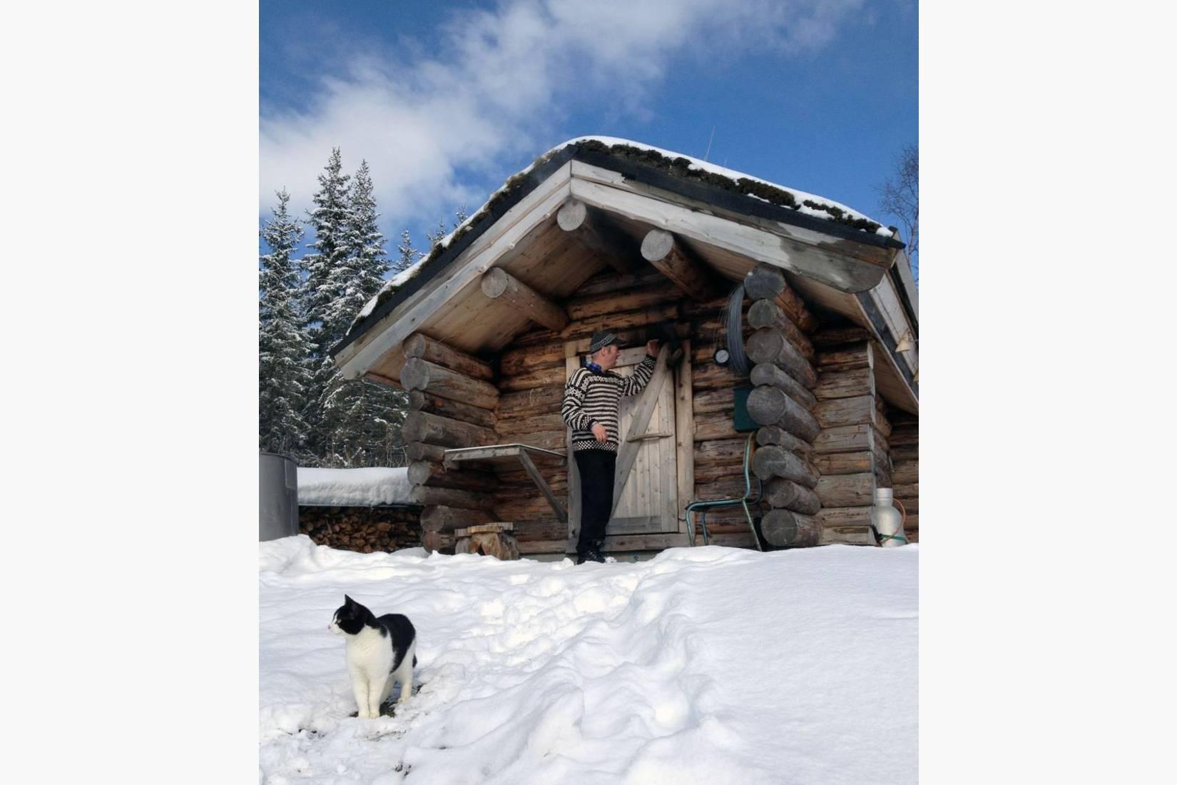 Lars og katten røyker økologisk kjøtt i badstu, på Namdalsk vis