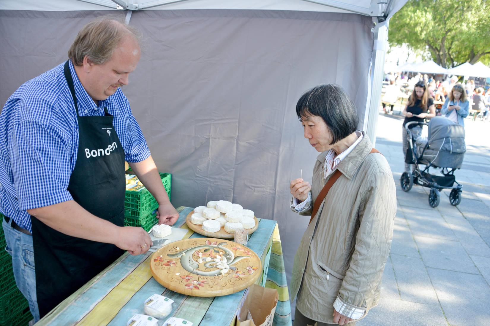 Jørn Martinsen fra Tjamsland gård i Aust-Agder har vunnet NM-gull for osten Rosalita. Her får en kunde på Matstreif smake osten.
