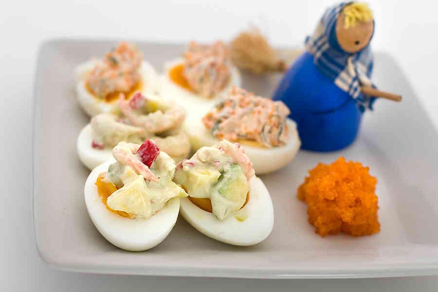 Ägghalvor med het mango- och räkröra