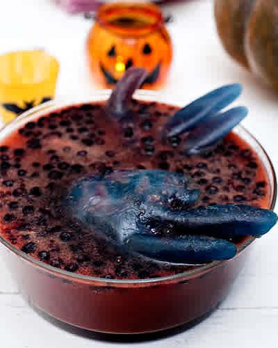 Blodapelsinbål med svarta vinbärshänder