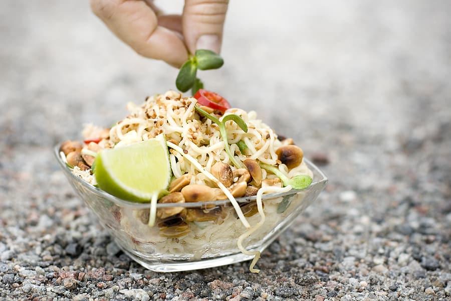Nudelsallad med krabba och jordnötter