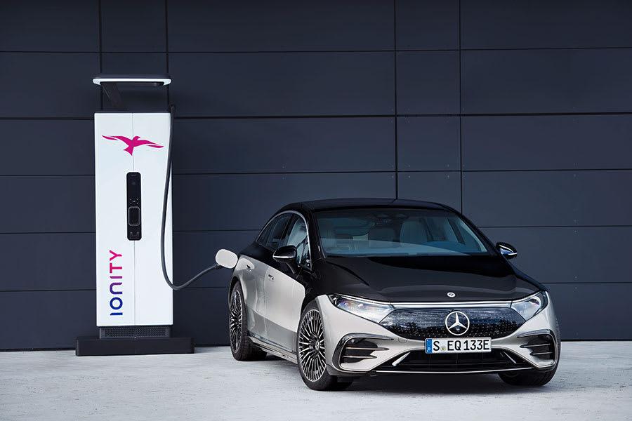 Flagship-Mercedes-Benz-EQS-2