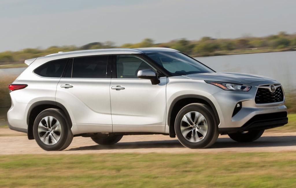 Toyota Highlander side view moving