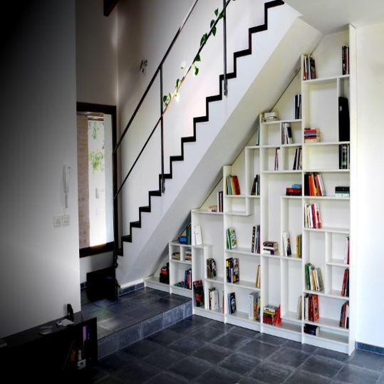 Inspirasi Desain: Rak Buku Bawah Tangga | SARAÈ Blog