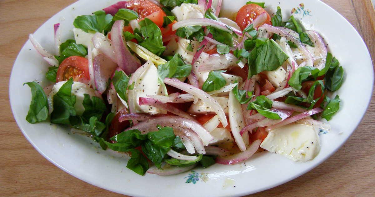 mozzarella tomat basilika rödlök