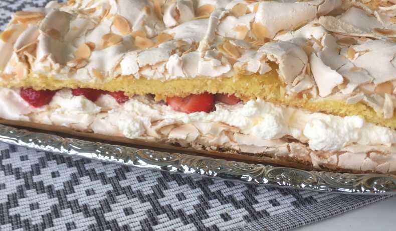 sockerkaka och marängtårta i långpanna