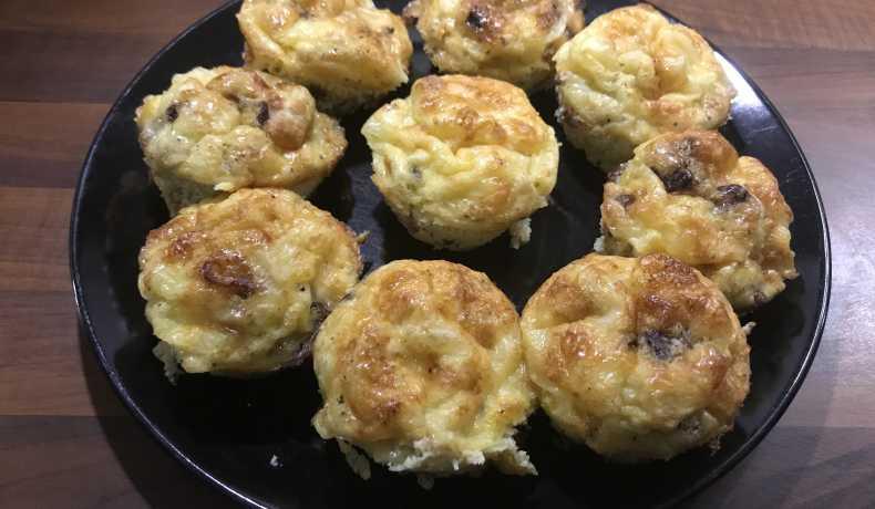 små omeletter i muffinsformar