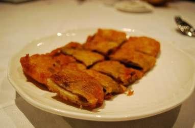 Cromesquis, crêpes frites au poulet et champignons en sauce