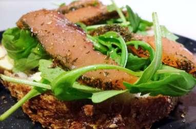 Tartines de saumon mariné et roquette