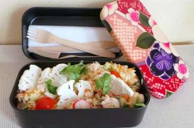 Bento de salade composée de mini pâtes, champignons, radis, concombre, tomates
