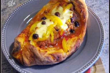 """Pide , la"""" pizza"""" turque, agneau tomate olive mozza et poivrons"""