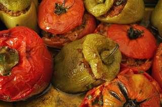 Tomates farcies à la provençale, lard, fromage, pommes de terre, laurier