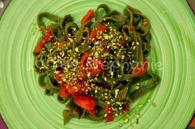 Tagliatelles aux épinards tomates caramélisées et pistaches hachées