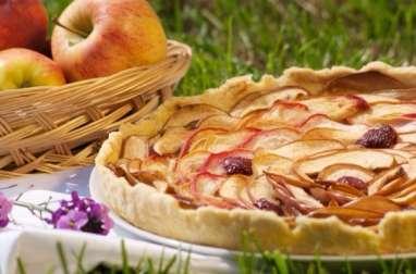 Une tarte pommes, pêches, décorée de cerises