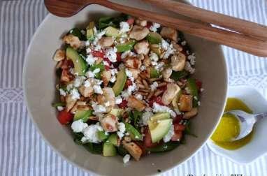 Power salade aux épinards, poulet, avocat et feta