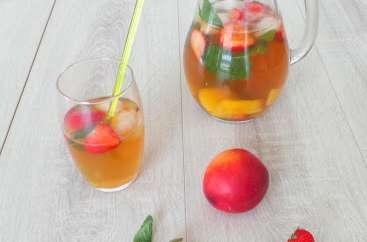 Thé vert glacé nectarines, fraises et menthe