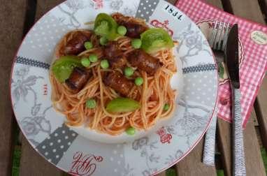 Spaghettis aux petits pois, tomates et saucisses piquantes