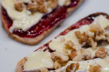 Tartine à la confiture de framboise, au Brie et aux noix