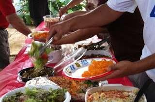 Salade de riz, vermicelles aux crevettes, thon, maïs et petits pois, sauce mayonnaise