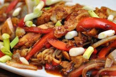 Ramen au poulet, légumes, sauce cacahuètes et sésame grillés