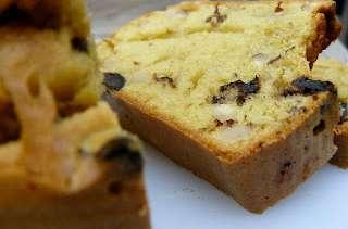Cake aux olives épicé, au yaourt et au sésame
