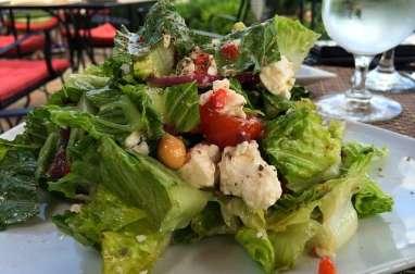 Salade verte aux saucisses de dinde, tomates, fromage, pois chiche (Algérie, Maghreb)