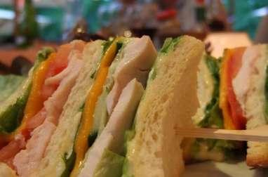 Sandwich au poulet, légumes, épices, fromage crémeux