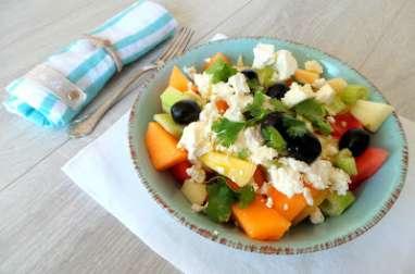 Salade fraîche pour l'été (melon, pastèque, concombre, feta, céleri, pomme, coriandre)