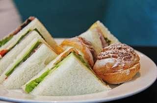 Sandwichs triangles au thon, tomates, salade, câpres, anchois, tramezzino (Italie)