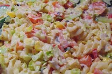 Salade de macaronis au jambon, fromage, carotte, oeufs, mayonnaise (Porto Rico)