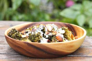 Salade de brocoli grillé au barbecue, amandes et sauce yaourt/sésame